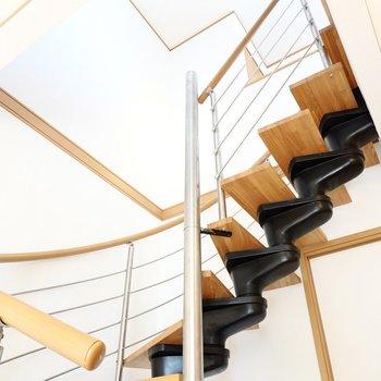 くるくる回るシーリングファンを見ながら、螺旋階段を上がって2階へ。(※写真は同間取り別部屋のものです)