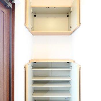 靴箱は上下に分かれたセパレートタイプ。1段に3足ほど入る大きさです。(※写真は同間取り別部屋のものです)
