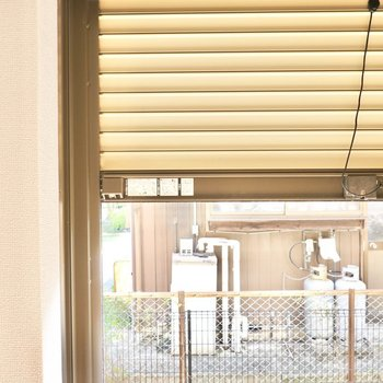 窓はシャッター付きなので留守の際の防犯にお使いいただけます。(※写真は同間取り別部屋のものです)