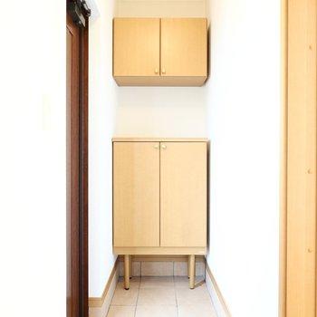 玄関は奥行きのあるタタキ。(※写真は同間取り別部屋のものです)