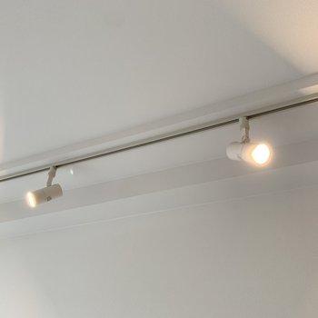 スポットライト照明がお部屋の雰囲気をグンとお洒落にしてくれる。(※写真は10階の反転間取り別部屋のものです)