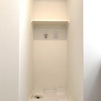 左側には洗濯機置き場。(※写真は10階の反転間取り別部屋のものです)