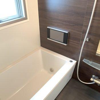 テレビに大きな窓に広々とした浴槽。お風呂の時間が大好きになりそうです。(※写真は10階の反転間取り別部屋のものです)
