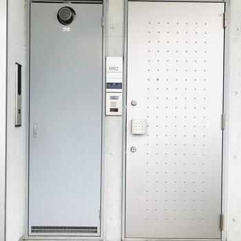 玄関扉はスタイリッシュに。(※写真は10階の反転間取り別部屋のものです)