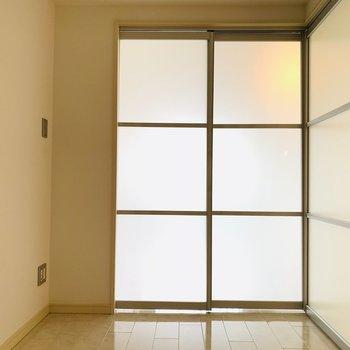日中は扉を開放して、お休みの時は閉めて。(※写真は10階の反転間取り別部屋のものです)