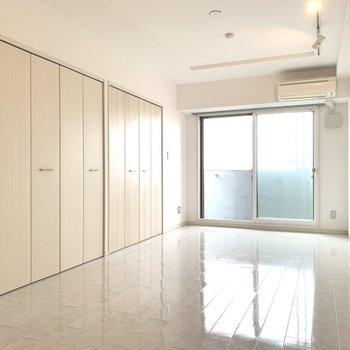 真っ白な壁と床に包まれたお部屋。(※写真は10階の反転間取り別部屋のものです)