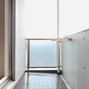 広々とそして綺麗なベランダスペース。(※写真は10階の反転間取り別部屋のものです)