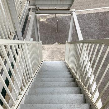 階段で1階まで。