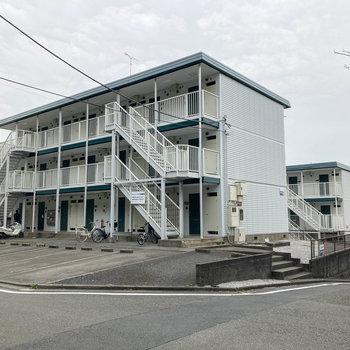B棟の前にはアパート用の駐車場がありました。