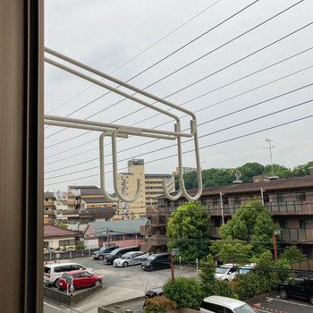 窓の外側にも物干し受け。