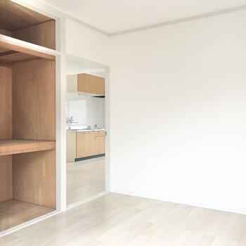 【洋室】6帖の空間にはダブルベッド+デスクが置けます。