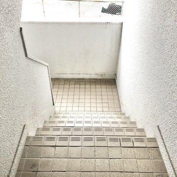 エレベーターはありません。階段幅は程よいので、家具の搬送も比較的しやすいかな!