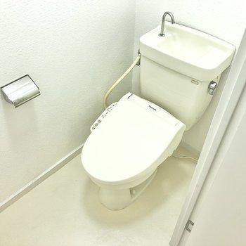 トイレはシンプル&温水洗浄便座付きなの!マットやカバーは欲しいアイテムですね。