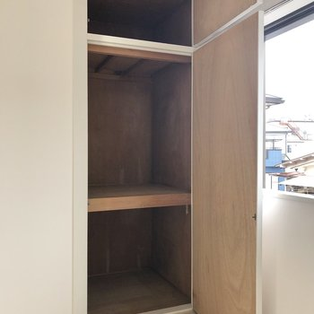 【洋室】2段に分かれた収納スペース。ケースを使って小分けに収納するのがおすすめ◯