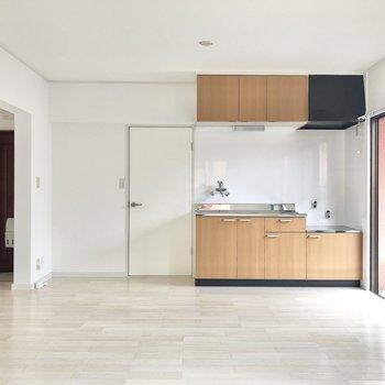 【リビング】キッチンの横がサニタリーの入り口。