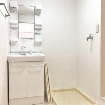 脱衣所には洗面台と洗濯機置場がセットで横並び。