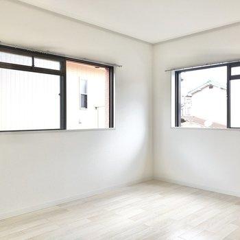 【洋室】このお部屋も窓が2箇所。左の小窓からは隣の建物の壁が見えます。
