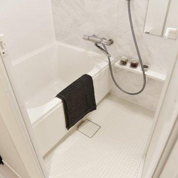 清潔感溢れるホワイトの浴室。