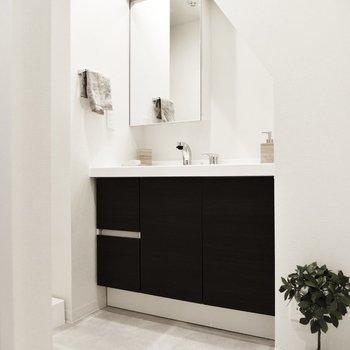 脱衣所の突き当りにはワイドな洗面台があります。
