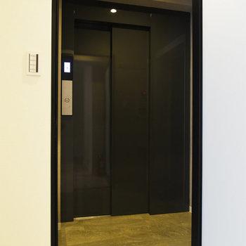 玄関扉の外は……なんとエレベーターホールに直通なんです。