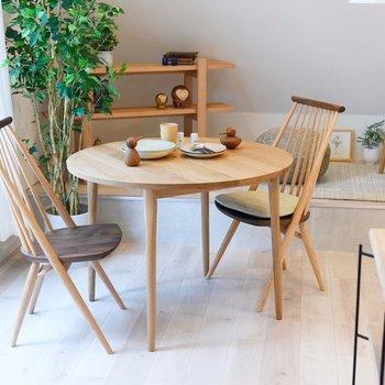 窓際にテーブルを用意して。落ち着いた色合いの木製家具が好相性なんです。