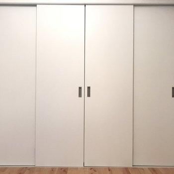 4.5帖の洋室はシンプルなベッドルームに。
