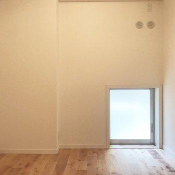 4.5帖の洋室がありました。明かり取りの窓がカワイイ。