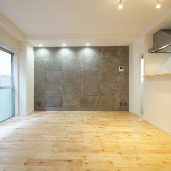 和の趣漂う素敵なお部屋。無垢床もいい雰囲気。