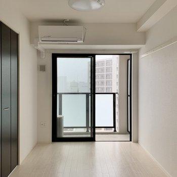洋室は約4帖ほど。ベッドとサイドテーブルくらいで丁度いいかな◯(※写真は10階の反転間取り別部屋のものです)