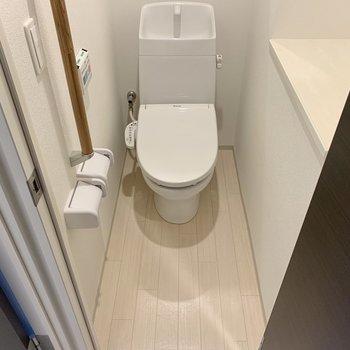 トイレは温水洗浄便座付きで快適!手すりもあるので安心ですね。(※写真は10階の反転間取り別部屋のものです)