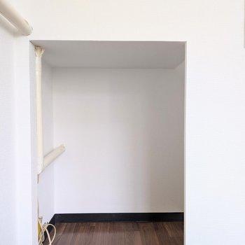 【洋室】収納スペースが階段下にあります。
