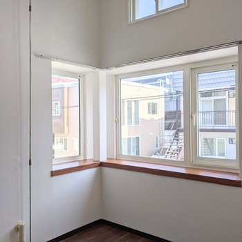 【洋室】窓は南東の2面採光です。