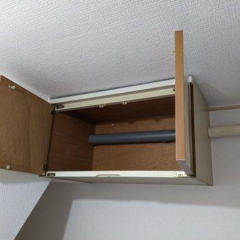 キッチン上に収納があります。ラップや紙皿など片付けるといいですね。