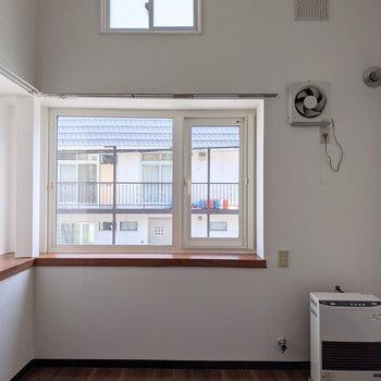 【洋室】天井が高く開放感があります。