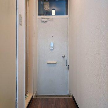 シンプルな玄関スペース。シューズボックスはないので靴はしっかり整理整頓。