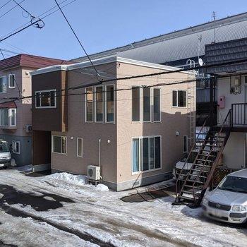【洋室】正面は道路を挟んで隣の建物が見えます。