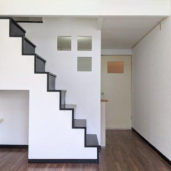 【洋室】ロフトへ上がるためにおしゃれな階段があります。