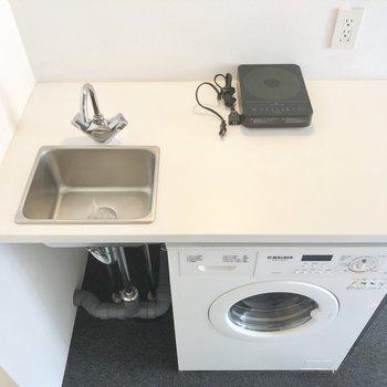 シンクの後ろに小さな食器収納を置けそう。※写真は別棟2階の同間取り別部屋のものです