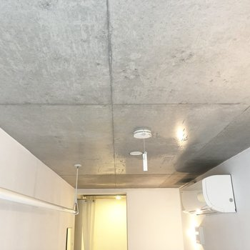 天井はお風呂場まで全部コンクリート。※写真は別棟2階の同間取り別部屋のものです