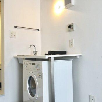 洗濯機の右横に椅子を置けば食事スペースにならなくもない!?※写真は別棟2階の同間取り別部屋のものです