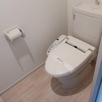 トイレもウォシュレット付いてます(※写真は11階の同間取り別部屋のものです)