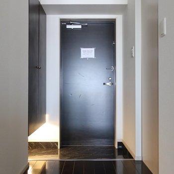 玄関もシックでオトナ!(※写真は11階の同間取り別部屋のものです)
