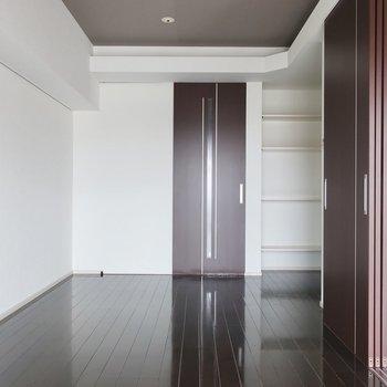 ダークブラウン×ホワイトのバランスがシンプルモダン(※写真は11階の同間取り別部屋のものです)