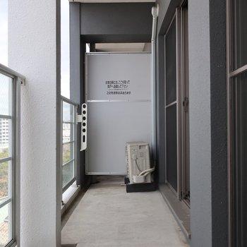 バルコニーはお洗濯物もたっぷり干せる広さですよ(※写真は11階の同間取り別部屋のものです)
