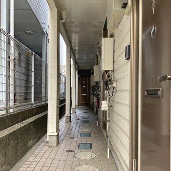 玄関の扉がレトロな感じで素敵。
