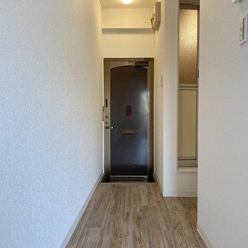靴箱はないから廊下にラックを置いても◎ダブルロックで安心感大。