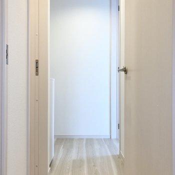 廊下出て左側にトイレがあります。