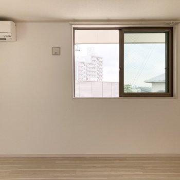 キッチン向かいにエアコンがついてます。
