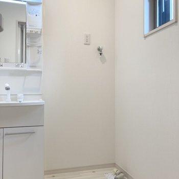 隣には洗濯機置き場があります。