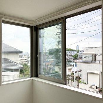 こちらは洋室のL字窓。右端の窓のみ開閉できます。